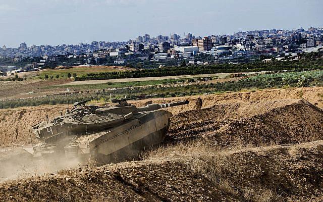Un tank israélien prend position sur la frontière avec la bande de Gaza, le 27 octobre 2018 (Crédit :  AP/Tsafrir Abayov)