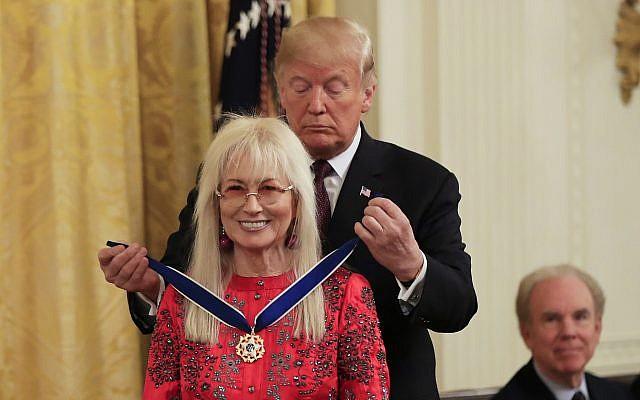 Le président américain Donald Trump remet la Médaille présidentielle de la liberté à Miriam Adelson lors d'une cérémonie dans la salle Est de la Maison Blanche, à Washington, le 16 novembre 2018. (AP Photo/Manuel Balce Ceneta)