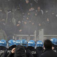 Des débordements à Rome le mois dernier avant le match de la Lazio en Europa League contre le club allemand de l'Eintracht Francfort. (Crédit : AP Photo/Gregorio Borgia)