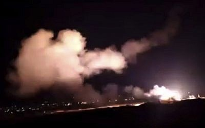 Image d'une vidéo fournie par l'agence syrienne SANA montrant des missiles dans le ciel au-dessus de Damas, en Syrie, le 25 décembre 2018 (Crédit : SANA via AP)