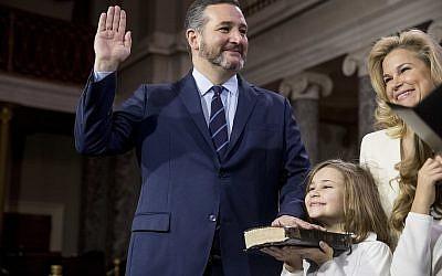 Le sénateur Ted Cruz, accompagné par son épouse Heidi et sa fille Catherine, lors d'une simulation de prestation de serment supervisée par le vice-président  Mike Pence au Capitole, le 3 janvier 2019 (Crédit : AP Photo/Andrew Harnik)