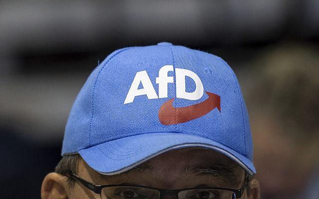 Une casquette aux couleurs du parti d'extrême-droite allemande Alternative pour l'Allemagne, ou AfD, (Crédit : Monika Skolimowska/dpa via AP, file)