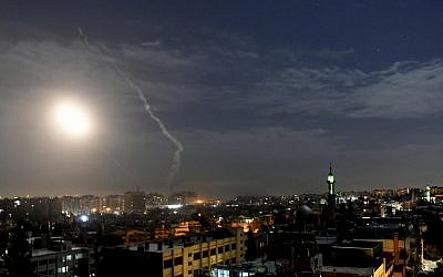 Cette photo publiée par l'agence de presse officielle syrienne SANA, montre des missiles volant dans le ciel près de l'aéroport international, à Damas, Syrie, le 21 janvier 2019. (SANA via AP)