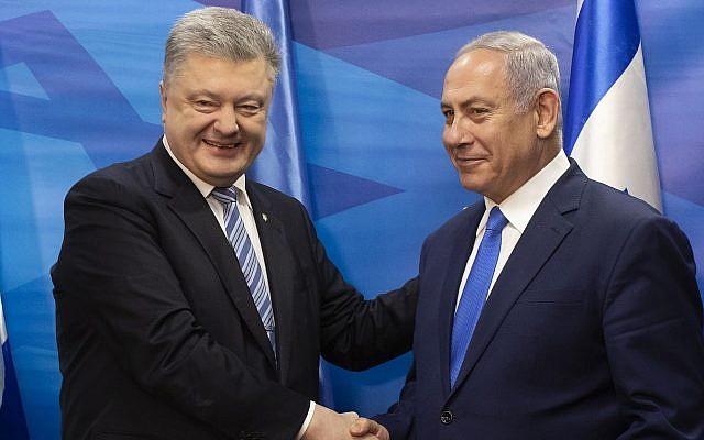 Le président de l'Ukraine Petro Poroshenko, serre la main au Premier ministre Benjamin Netanyahu après la signature d'un accord de libre-échange dans le bureau du Premier ministre de Jérusalem, le 21 janvier 2019 (Crédit : Jim Hollander/Pool via AP)