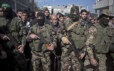Des hommes armés masqués lors des funérailles de Mahmoud al-Nabahin, membre de l'aile militaire du groupe terroriste du Hamas dans le camp de réfugiés de  Buriej, dans le centre de la bande de Gaza, le 23 janvier 2019 (Crédit :  AP Photo/ Khalil Hamra)