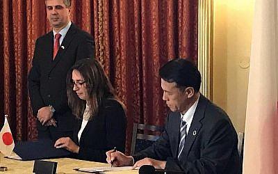 Nathalie Bloch, directrice du Centre d'innovation ARC du Sheba Medical Center, signe un accord avec le PDG d'OKI, Toshiyaki Yokota à Jérusalem, le 15 janvier 2019. (Autorisation)