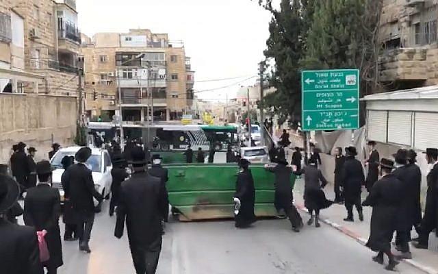 Capture d'écran d'une vidéo montrant des manifestants ultra-orthodoxes protestant à Jérusalem contre l'autopsie programmée d'un bébé, le 2 janvier 2019. (YouTube)
