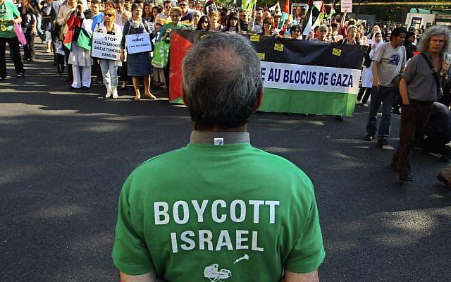 Des manifestants scandent des slogans lors d'un rassemblement à Paris, France, le 3 juin 2010, alors qu'ils manifestent contre le raid israélien sur un navire d'aide humanitaire à destination de Gaza ; un homme au premier plan porte un t-shirt qui appelle au boycott d'Israël. (Jacques Brinon/ AP)