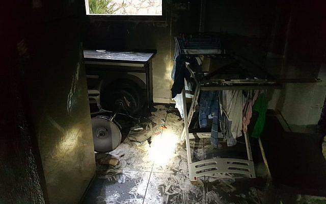 Les dégâts causés par un incendie meurtrier dans un immeuble de Bat Yam, le 15 janvier 2019 (Crédit : Service des incendies et des secours israélien)