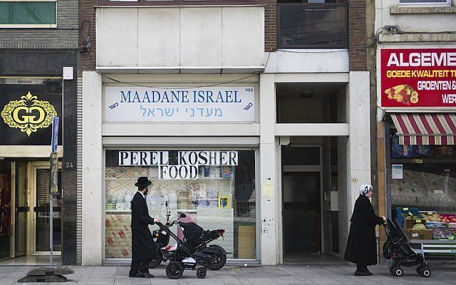 Des membres de la communauté juive belge dans les rues du quartier juif d'Anvers, en Belgique, le 7 août 2014. (Johanna Geron/FLASH90)