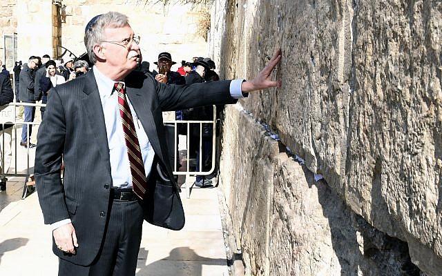 Le conseiller américain à la sécurité nationale, John Bolton, visite le mur Occidental dans la Vieille ville de Jérusalem, le 6 janvier 2019. (Ziv Sokolov/Ambassade américaine à Jérusalem)