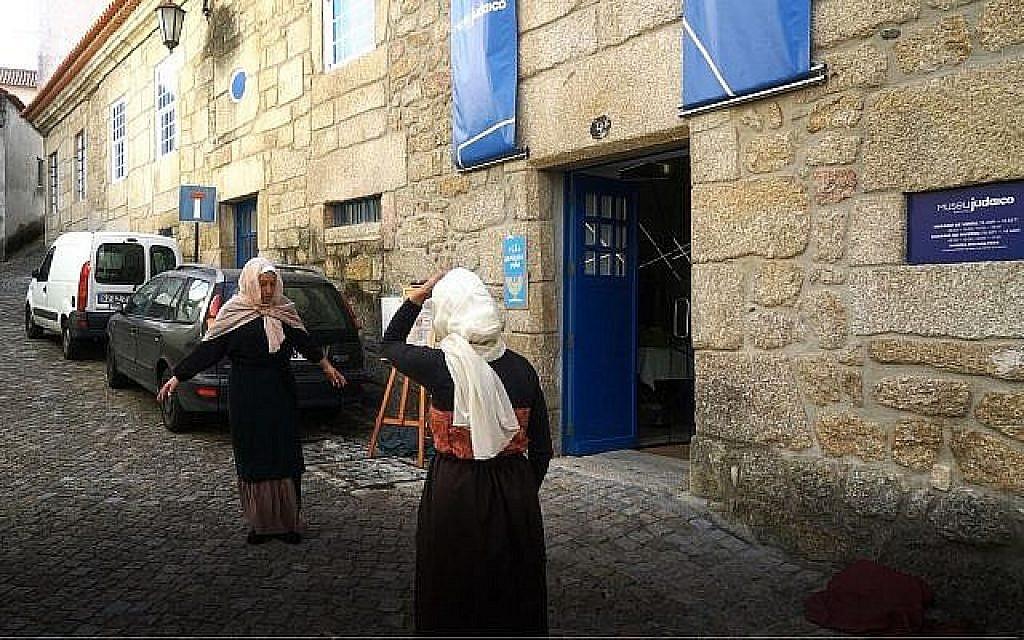 Des acteurs font une reconstitution des scènes de la période de l'Inquisition aux abords du musée juif de Belmonte, le 14 octobre 2018 (Crédit : Cnaan Liphshiz)