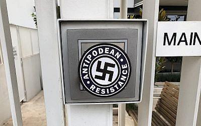 Le logo fait d'une croix gammée du groupe Antipodean Resistance trouvé sur la porte d'entrée de la maison de retraite Emmy Monash au sud-est de Melbourne, en Australie, au mois de janvier 2019 (Crédit :  Anti-Defamation Commission)