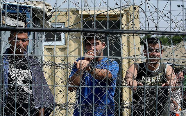 Détenus sécuritaires palestiniens dans la prison d'Ofer au nord de Jérusalem, le 20 août 2008. (Moshe Shai/Flash90)