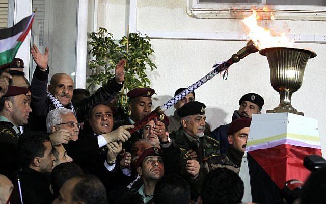 Le président de l'Autorité palestinienne, Mahmoud Abbas, allume une torche commémorative à Ramallah le mardi 1er janvier 2018. (Crédit photo : Hadas Parush/Flash90)