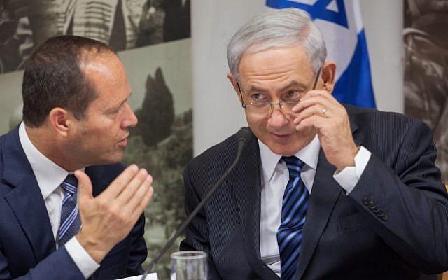 Le Premier ministre Benjamin Netanyahu (à droite) avec Nir Barkat, alors maire de Jérusalem, à Jérusalem, le 28 mai 2014. (Emil Salman/POOL/Flash90)