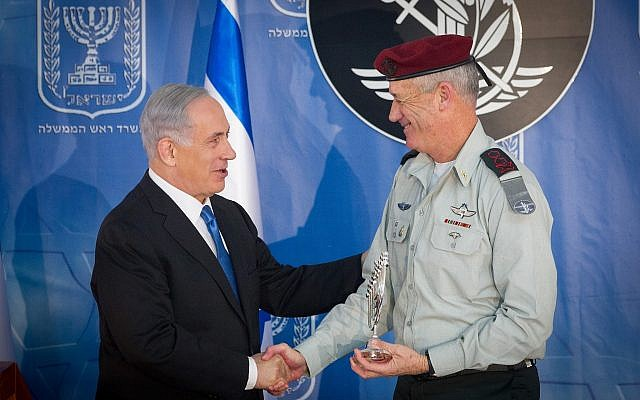 Le Premier ministre Benjamin Netanyahu (à gauche) avec le chef d'état-major sortant de Tsahal Benny Gantz à une cérémonie en l'honneur du nouveau chef d'état-major Gadi Eizenkot (hors champ) au bureau du Premier ministre à Jérusalem, le 16 février 2015. (Miriam Alster/Flash90)