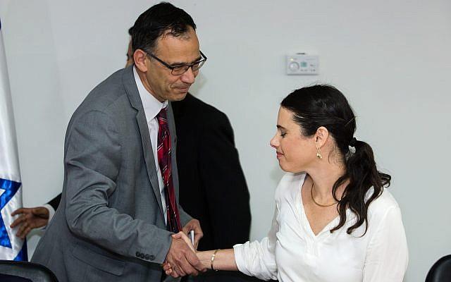 La ministre de la Justice Ayelet Shaked, à droite, serre la main du procureur de l'Etat Shai Nitzan au cours d'une cérémonie au ministère de la Justice de Jérusalem, le 17 mai 2015 (Crédit : Dudi Vaknin/pool)