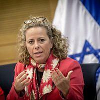 La députée de l'Union sioniste Ayelet Nahmias-Verbin lors d'une réunion de commission à la Knesset, le 2 novembre 2016 (Crédit : Miriam Alster/FLASH90)