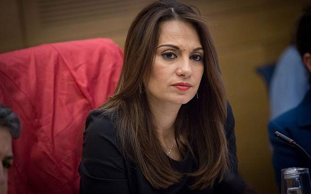 La députée Yifat Shasha-Biton préside une réunion de la commission des Droits des enfants à la Knesset, le 10 janvier 2017 (Crédit : Miriam Alster/FLASH90)