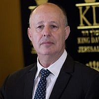 Le ministre de la Coopération régionale, Tzachi Hanegbi, assiste à une conférence de presse à l'hôtel King David à Jérusalem le 13 juillet 2017, annonçant un accord sur l'eau entre Israël et l'Autorité palestinienne. (Yonatan Sindel/Flash90)