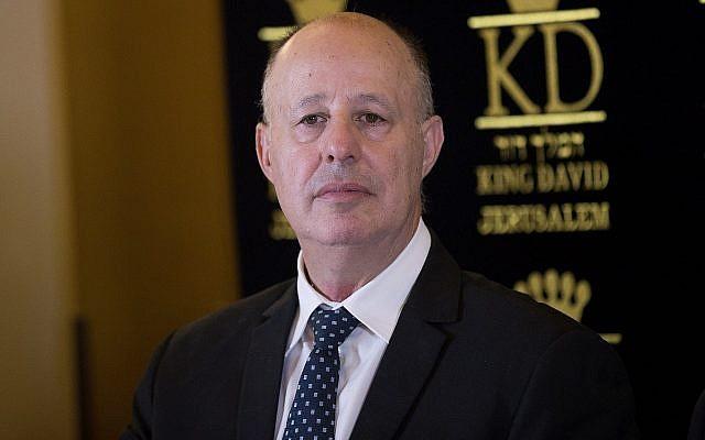 Le ministre de la Coopération régionale, Tzachi Hanegbi, assiste à une conférence de presse à l'hôtel King David à Jérusalem le 13 juillet 2017, annonçant un accord sur l'eau entre Israël et l'Autorité palestinienne. (Crédit : Yonatan Sindel/Flash90)
