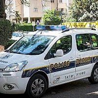 A titre d'illustration : une voiture de police israélienne à Petah Tikva, le 4 août 2017. (Crédit : Roy Alima/ Flash90)