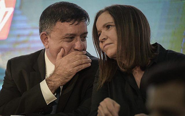 Le chef du parti travailliste Avi Gabbay et la députée Shelly Yachimovich lors d'une conférence du Parti travailliste à Tel Aviv, le 14 septembre 2017. (Crédit : Flash90)