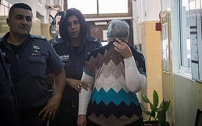 Une femme ultra-orthodoxe de Jérusalem arrive au tribunal, accusée d'avoir administré de l'insuline à son enfant sain, le 28 juillet 2018. (Crédit ; Yonatan Sindel/Flash90)