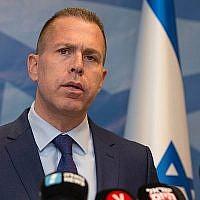 Le ministre de la Sécurité publique, Gilad Erdan, s'exprime lors d'une conférence de presse à Tel Aviv, le 13 septembre 2018. (Roy Alima/Flash90)