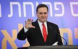 Le ministre des Renseignements et des transports Israel Katz pendant la cérémonie d'inauguration d'une nouvelle gare dans la ville de Kiryat Malachi, au sud d'Israël, le 17 septembre 2018 (Crédit : Flash90)