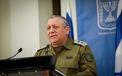 Le chef d'état-major de Tsahal Gadi Eizenkot lors d'une conférence de presse avec le Premier ministre Benjamin Netanyahu au siège du ministère de la Défense à Tel Aviv, le 4 décembre 2018. (Noam Revkin Fenton/Flash90)