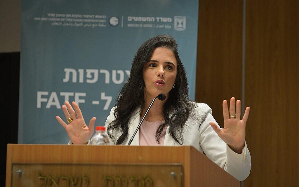 La ministre de la Justice, Ayelet Shaked, prend la parole lors d'une conférence de presse sur l'adhésion d'Israël au Groupe d'action financière sur le blanchiment de capitaux (GAFI), à Tel Aviv, le 10 décembre 2018. (Flash90)