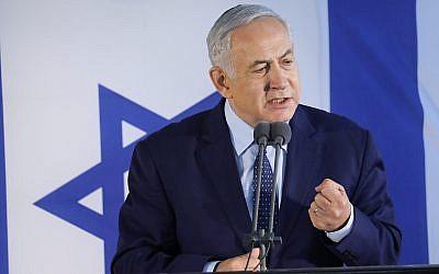 Le Premier ministre Benjamin Netanyahu prend la parole lors des funérailles de l'ancien ministre de la Défense Moshe Arens, au cimetière de Savyon, le 8 janvier 2019. (Flash90)