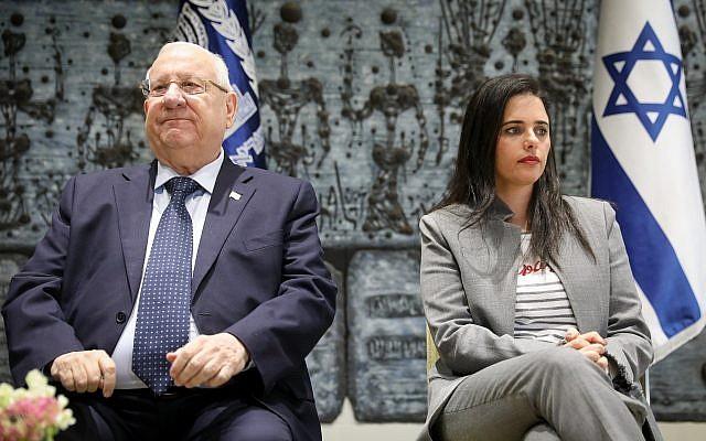 La ministre de la Justice Ayelet Shaked, à droite, et le président Reuven Rivlin lors d'une cérémonie de prestation de serment de magistrats et de greffiers à la résidence du président de Jérusalem, le 8 janvier 2019 (Crédit : Noam Revkin Fenton/Flash90)