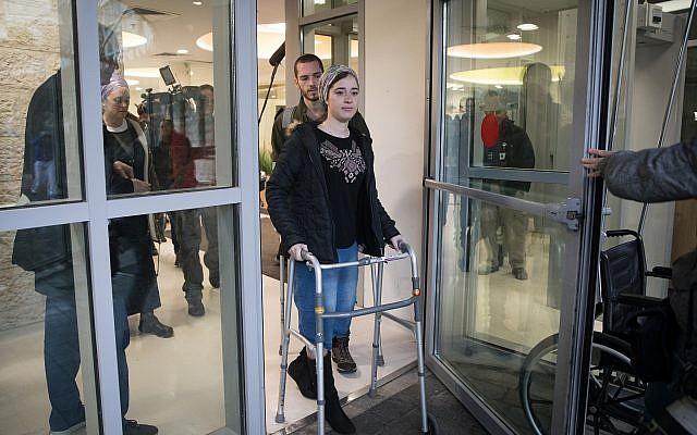 Shira Ish Ran, blessée dans une attaque terroriste le mois dernier, près de l'implantation d'Ofra quitte l'hôpital Shaare Zedek le 9 janvier 2019. A sa gauche, son mari Amichai, également touché dans l'attaque. (Hadas Parush/Flash90)