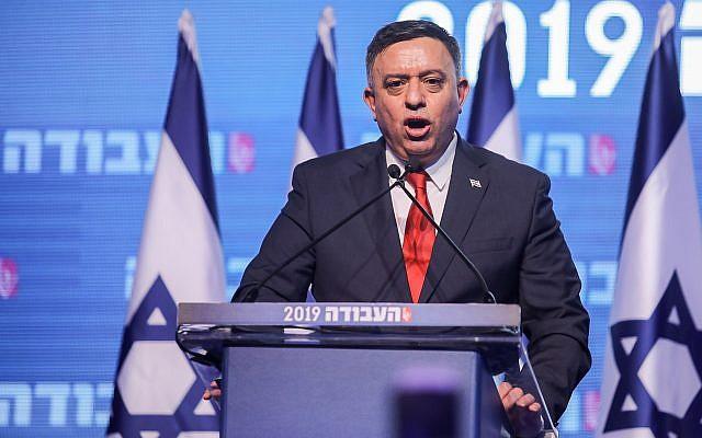 Avi Gabbay, chef du parti Travailliste, lors d'un discours prononcé sous les huées et les sifflets à une conférence du parti à Tel Aviv, le 10 janvier 2019 (Crédit :  Hadas Parush/Flash90)
