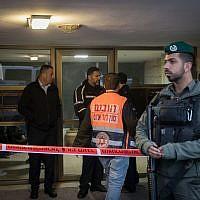 Des forces de sécurité et des secouristes devant le bâtiment où deux personnes ont été retrouvées mortes dans un appartement du quartier Armon Hanatziv à Jérusalem, le 13 janvier 2019. (Noam Revkin Fenton/Flash90)