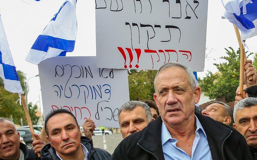 L'ancien chef d'état-major de Tsahal Benny Gantz avec des membres de la communauté druze et des militants devant son domicile à Rosh Haayin, lors d'une manifestation contre la loi sur l'État-nation, le 14 janvier 2019. (Flash90)