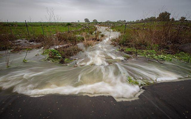 Un ruisseau déborde suite à des fortes pluies sur le plateau du Golan, le 14 janvier 2018 (Crédit :  Maor Kinsbursky/Flash90)