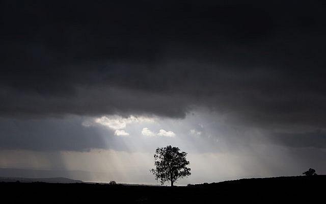 Les rayons du soleil traversent les nuages sur le plateau du Golan, le 14 janvier 2019 (Crédit : Maor Kinsbursky/Flash90)