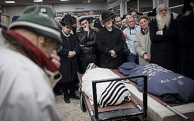 Les amis, voisins et proches de Yehuda and Tamar Kaduri, au cimetière Har Hamenuchot de Jérusalem, le 14 janvier 2019 (Crédit : Noam Revkin Fenton/Flash90)