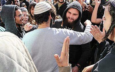 Un suspect dans l'affaire du meurtre d'Aisha Rabi est embrassé par l'un de ses soutiens devant la cour des magistrats de Rishon Lezion après son assignation à résidence, le 10 janvier 2019 (Crédit : Flash90)
