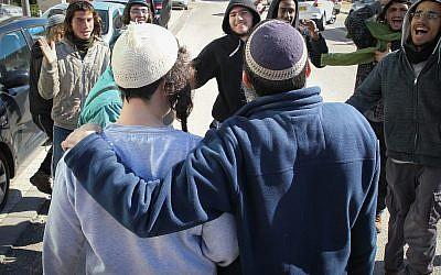 Les suspects placés en détention pour leur implication présumée dans le meurtre d'une Palestinienne aux abords de la cour des magistrats de Rishon Lezion  après leur assignation à domicile, le 10 janvier 2019 (Crédit : Flash90)