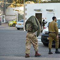 Un des cinq soldats israéliens de la brigade Kfir (G) qui ont été arrêtés pour avoir prétendument battu deux suspects palestiniens sous leur garde arrive pour une audience au tribunal militaire de Jaffa le 10 janvier 2019. (Flash90)