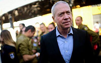 Le ministre de l'Immigration, Yoav Gallant, lors d'un événement à Tel Aviv pour les soldats isolés servant dans l'armée israélienne, le 24 janvier 2019. (Tomer Neuberg/Flash90)