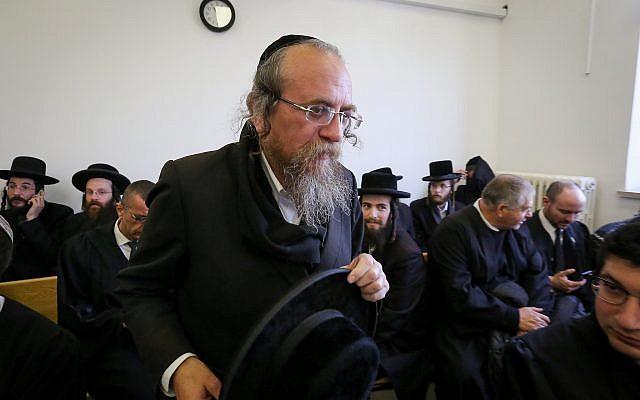 """Matityahu Hirschman de """"Kehillat Hamatmidim"""" arrive à la cour de district de Jérusalem pour entendre le verdict de son procès, le 24 janvier 2019. (Crédit : Yonatan Sindel/Flash90)"""