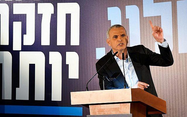 Le ministre des Finances Moshe Kahlon lors du lancement de la campagne électorale de son parti Koulanou dans la ville d'Ashkelon, le 30 janvier 2019. (Crédit : Dudi Modan/Flash90)