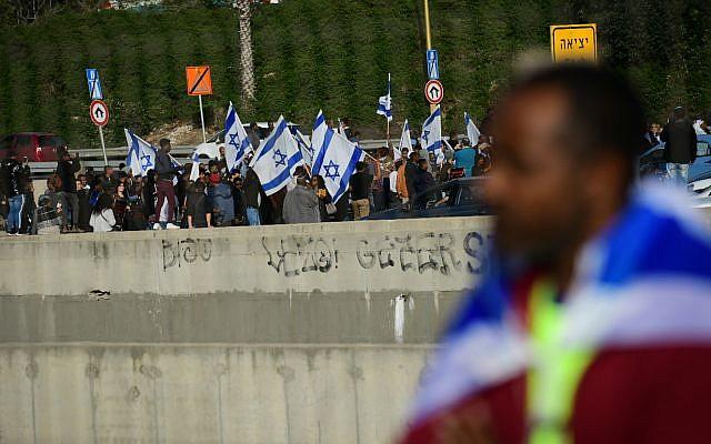 Des Éthiopiens israéliens manifestent contre la violence policière, le 30 janvier 2019. (Crédit : Tomer Neuberg/Flash90)