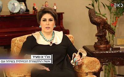 La présentatrice koweïtienne Fajer Al-Saeed dans une interview vidéo sur la chaîne israélienne Channel 11, après ses tweets appelant les Arabes à normaliser leurs relations avec Israël, le 8 janvier 2019 (Crédit : capture écran Kan)